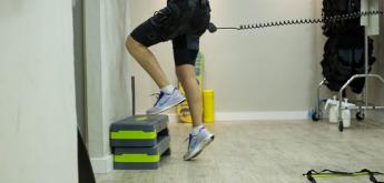Paciente realizando terapia física con escalones