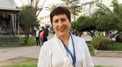 Fotografía de la Dra. Vivienne Bachelet en el campus universitario